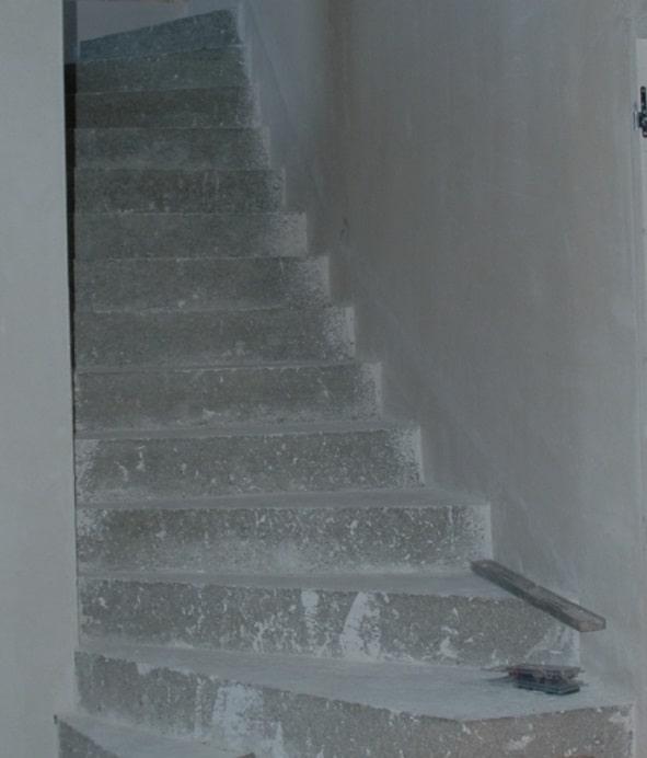 Escalier en b ton massif habill de b ton d coratif liss - Escalier beton lisse ...